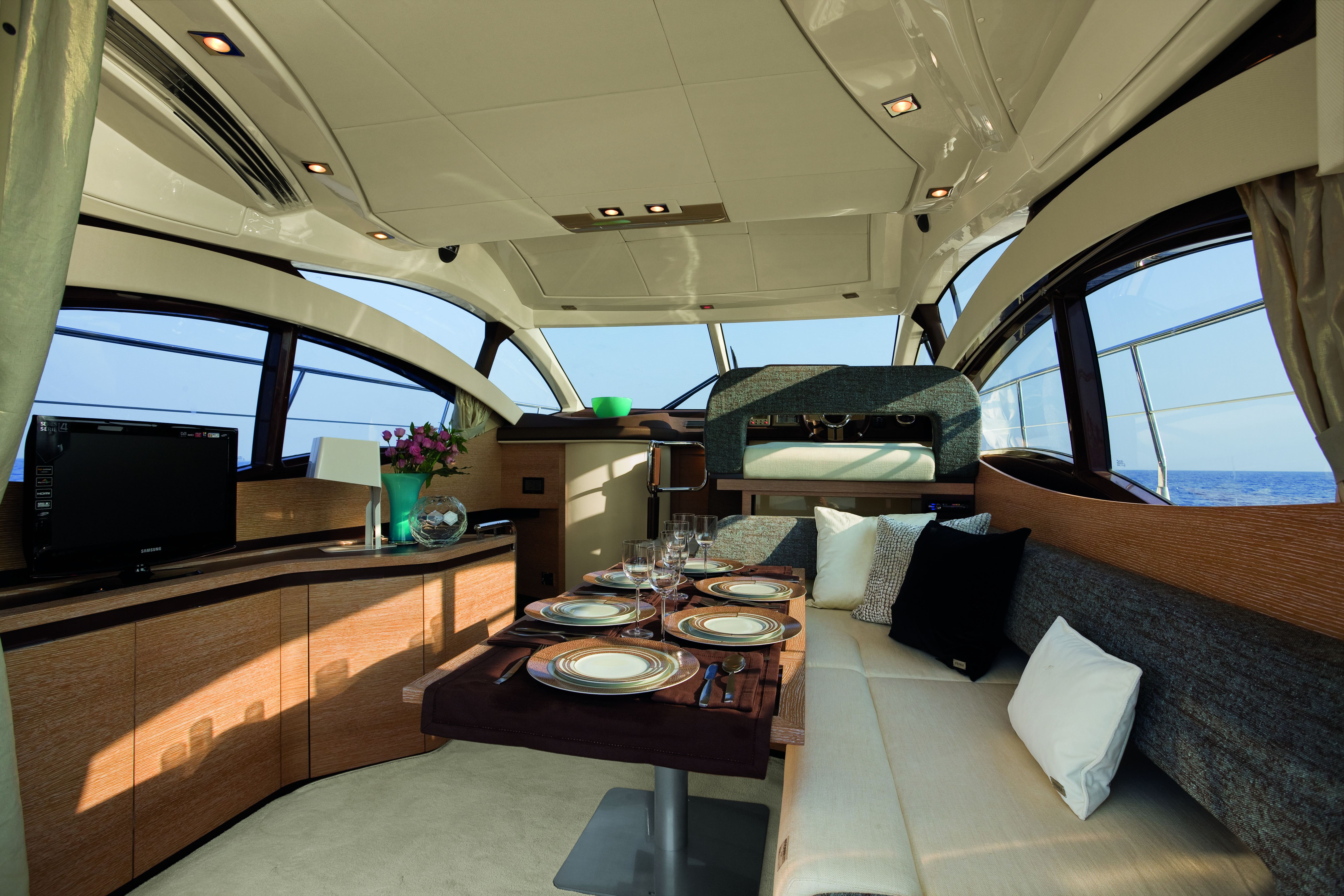 Azimut 38. The central zone is well lit thanks to the large side windows, ...